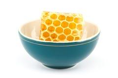 Honungskaka i bunke Royaltyfri Foto