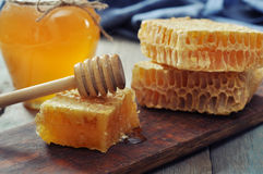 Honungskaka med honungskopan Arkivfoto