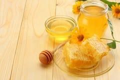 Honungskaka med honungskopan och honung på den ljusa trätabellen Royaltyfri Bild