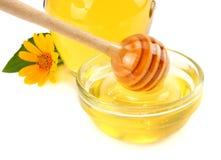 Honungskaka med honungskopan och honung som isoleras på vit bakgrund Royaltyfri Foto
