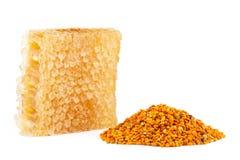 Honungskaka och pollen på isolerad bakgrund royaltyfri foto