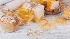 Honungskaka, salt hav, havre och handgjord tvål med honung fotografering för bildbyråer