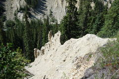 Hoo doos i bergen på den banff nationalparken Arkivfoto