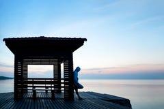 Hoodie de port d'homme déprimé frustrant seul se tenant sur en bois photographie stock libre de droits