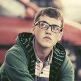 Hoodie de port de jeune homme triste dans la rue de ville photographie stock