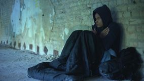 Hoodie vestindo do adolescente desabrigado virado, pessoa que passa por indiferentemente, pobreza vídeos de arquivo