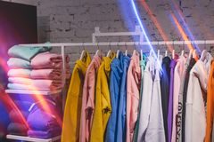 Hoodies op hangers in een kledingsopslag De mensen dragen Manieropslag, toevallig kledingstuk stock foto's