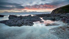 Hoodny plaża przy Portwrinkle w Cornwall fotografia stock