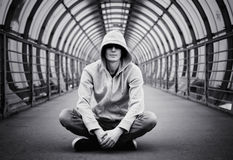 Hoody πωλητής φαρμάκων ατόμων οδών στοκ φωτογραφίες με δικαίωμα ελεύθερης χρήσης