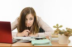 Hoofd boring gecontroleerde notitieboekjestudenten Stock Fotografie
