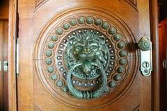 Hoofd de deurkloppers van de messingsleeuw, binnen Stock Foto's