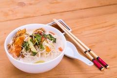 Hoofd de noedelsoep van rijstvermicelli gebraden vissen, delicatesse in Maleizen Stock Foto