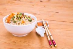 Hoofd de noedelsoep van rijstvermicelli gebraden vissen, delicatesse in Maleizen Stock Fotografie