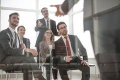 Hoofd en commercieel team op een commerciële te bespreken vergadering stock foto