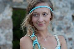 Hoofd en schouderportret van jonge blondevrouw met blauwe ogen stock fotografie
