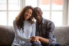Hoofd geschoten portret gelukkig Afrikaans Amerikaans paar in liefdezitting royalty-vrije stock fotografie