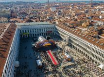 Hoofd het stadiumpanorama van Venetië, Italië Carnaval 2019 met menigte bij het Tekenvierkant van Heilige royalty-vrije stock foto