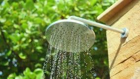 Hoofd het waternevel van de de zomerdouche in mooie tuin in langzame motie 1920x1080 stock videobeelden