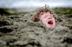 Hoofd in het Zand, soms een Idiomatische uitdrukking wordt geplakt die Stock Foto's