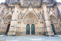Hoofd ingang aan de St. Vitus kathedraal in het Kasteel van Praag Royalty-vrije Stock Foto's