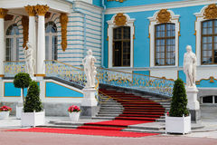 Hoofd ingang aan het Paleis van Pushkin Stock Fotografie