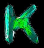 Hoofd Latijnse brief K in lage polystijl groene die kleur op zwarte achtergrond wordt geïsoleerd Stock Afbeeldingen