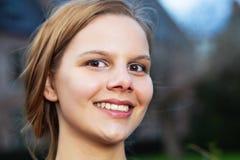 Hoofd portret van een jonge glimlachende vrouw stock foto