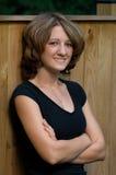 Hoofd Schot van Jonge Vrouw in openlucht tegen Houten Omheining Stock Foto's