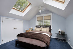 Hoofd slaapkamer met dakramen Stock Fotografie