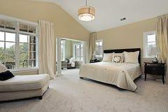 Hoofd slaapkamer met woonkamer Stock Foto