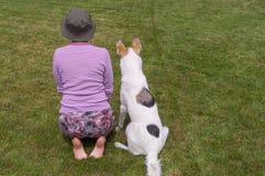 Hoofd toont aan jonge hond hoe te presteren bevel zit stock foto