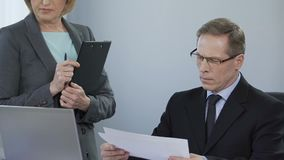 Hoofd van afdeling ontevreden met het gedaane werk, strikte veeleisende werkgever stock footage