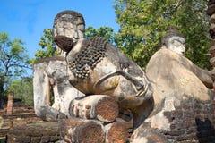 Hoofd van doende leunen Boedha dicht omhoog Een fragment van oud beeldhouwwerk in de ruïnes van Wat Phra Kaew Kamphaeng Phet, Tha stock fotografie