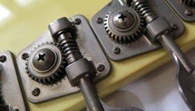Hoofd van elektrische basgitaar Macromening van machinehoofd stock afbeelding
