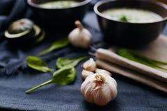 Hoofd van knoflook en spinaziebladeren Stock Foto