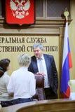 Hoofd van Rosstat A.Surinov en journalisten op conferentie Royalty-vrije Stock Foto's