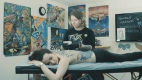 Hoofd van toepassing zijnde oplossing op de plaats voor tatoegering stock footage