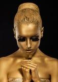 Geloof. Gestileerde Vrouw met het bidden handen. Gouden Make-up Royalty-vrije Stock Foto's