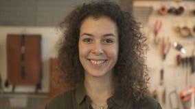 Hoofd van vrouwelijke leerarbeider status in workshop en het glimlachen stock videobeelden