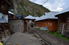 Hoofdartikel: 22 Augustus 2011: Chitkul, Sangla, Himachal, India: Mening van dorpsstraat Stock Fotografie