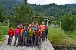 Hoofdartikel: 21 Augustus 2011: Sarahan, Himachal, India: Niet geïdentificeerd lokaal jonge geitjeshoogtepunt van energie, Saraha Stock Foto