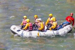HOOFDARTIKEL: 13 de RIVIER van MAART 2019 ARAHTHOS, PLAKAS-BRUG, IOANNINA GRIEKENLAND, mensen bij het rafting van boot in arahtho stock afbeelding