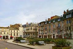 Hoofdartikel: 9 Maart 2018: Dijon, Frankrijk Straatmening, zonnige dag stock afbeeldingen
