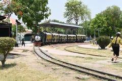 Hoofdartikel: 16 Mei 2015: New Delhi, India, Nationaal Spoormuseum: Stuk speelgoed trein bij Museum, het de motoren & de cabines  Stock Foto