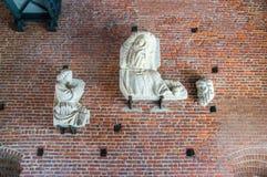 Hoofdbeeldhouwwerken bij ingang aan Sforza-kasteel royalty-vrije stock foto's