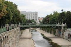Hoofdbrug in het park van de binnenstad Wenen Stock Foto's