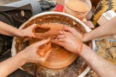 Hoofdceramist onderwijst student Hoofdceramist onderwijst student Vakmanhanden die aardewerkkom maken vrouw die werken aan stock afbeeldingen