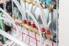 Hoofdcontroleverzamelleiding van het verwarmingssysteem van de huisvloer royalty-vrije stock foto