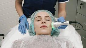Hoofdcosmetologist Makes The Procedure van Massage aan Haar Cli?nt stock footage