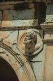 Hoofddiebeeldhouwwerk van marmer op het bovenste gedeelte van boog wordt gemaakt royalty-vrije stock afbeeldingen